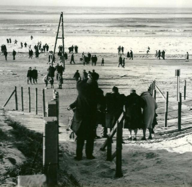Grote drukte aan het strand van de Hoek op 27 januari 1963
