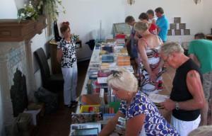 De boekenmarkt, hier nog in de kapel van het hofje.