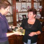 Lia Spitters overhandigt het boek aan Marianne de Kok