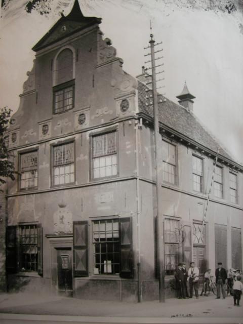 Het raadhuis, zoals het er in het begin van de vorige eeuw erbij stond