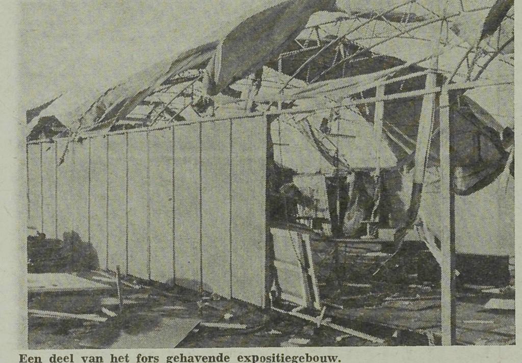 Een verplaatsbare hal van de Maaskantshow heeft schade opgelopen in 1972
