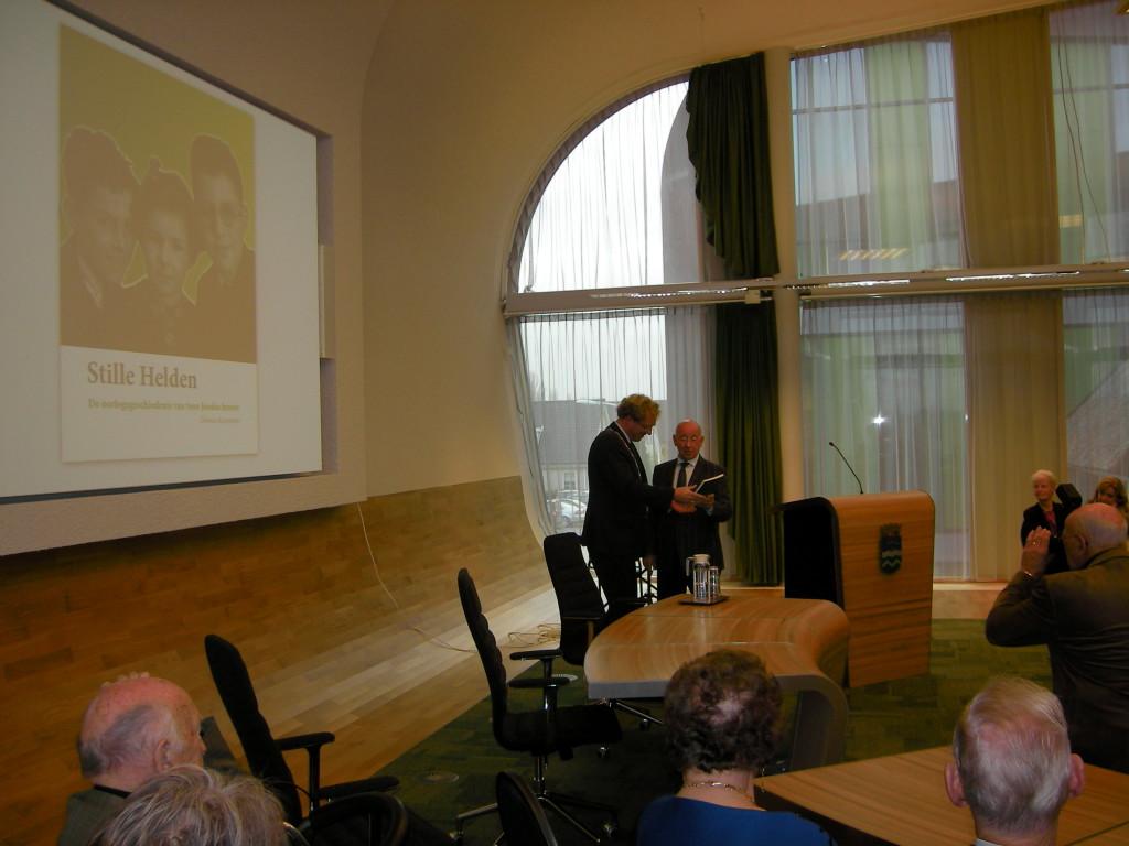 Henk Brabander (r.) overhandigt het eerste exemplaar aan burgemeester Rodenburg