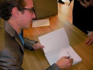 Dennis Koopman signeert het boek