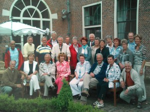 De reunisten van de Petrusschool in Honselersdijk, die vrijdag 5 juni Toos Makkes graag in hun midden zien.