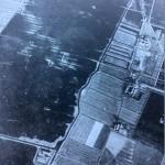 RAF-foto, waarop te zien is hoe rechts van de Zweth (in het midden) alles onder water stond. Klik erop om foto te vergroten.