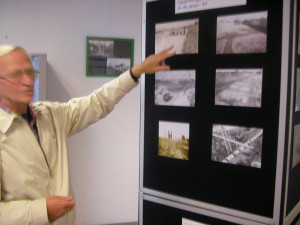 Hisstoricus Jan Dameijer wijst foto's van opgravingenin de jaren dertig aan