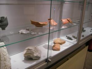 Vitrine met vondsten op de expositie in het gemeentehuis.