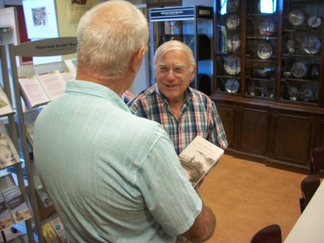 Willem Westland ontvangt het boek uit handen van de schrijver Aad van Holstein