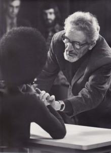 Hugo Liebe geeft hier les in het maken van portretfoto's