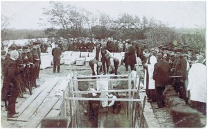 De begrafenis van de vijf Engelse slachtoffers op vrijdaag 26 september 1914 in 's-Gravemzamde/