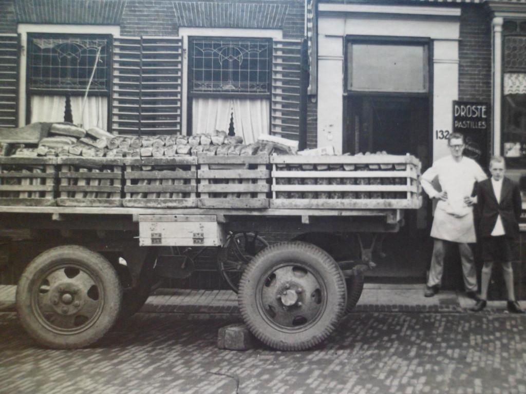 Bakker  Harry de Groot en zijn naast hem staat bediende v.d. Meer bezit met de distributie van het Zweedse wittebrood in de Herenstraat in Wateringen Ook meldde hij dat de vrouwen op de andere foto Lely/Lelie heten.