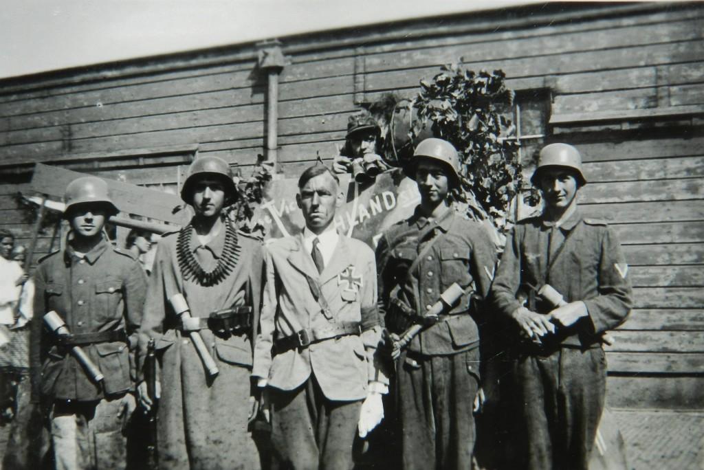 Piet van Uffelen als Hitler in de allegorische optocht in Naaldwijk