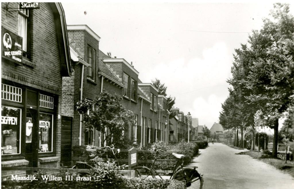 De Willem III-straat met links op de hoek het sigarenmagazijn van Leendert Koornneef