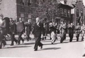 De harmonie Sint Adrianus marcheert hier over het Wilhelminalein