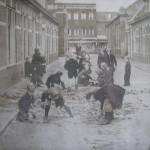 De opgebroken Martinus Dorpiusstraat met spelende kinderen