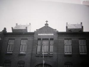 In de jaren vijftig maakte de kistenfabriek Van Giesen reclame voor het  Druivenfeest door grote kisten met ballonnetjes op het ddak van de school te plaatsen
