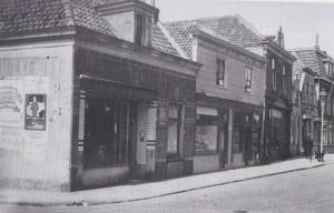 Het sigarenmagazijn van de Hoogstratens op de hoek van de Herenstraat.