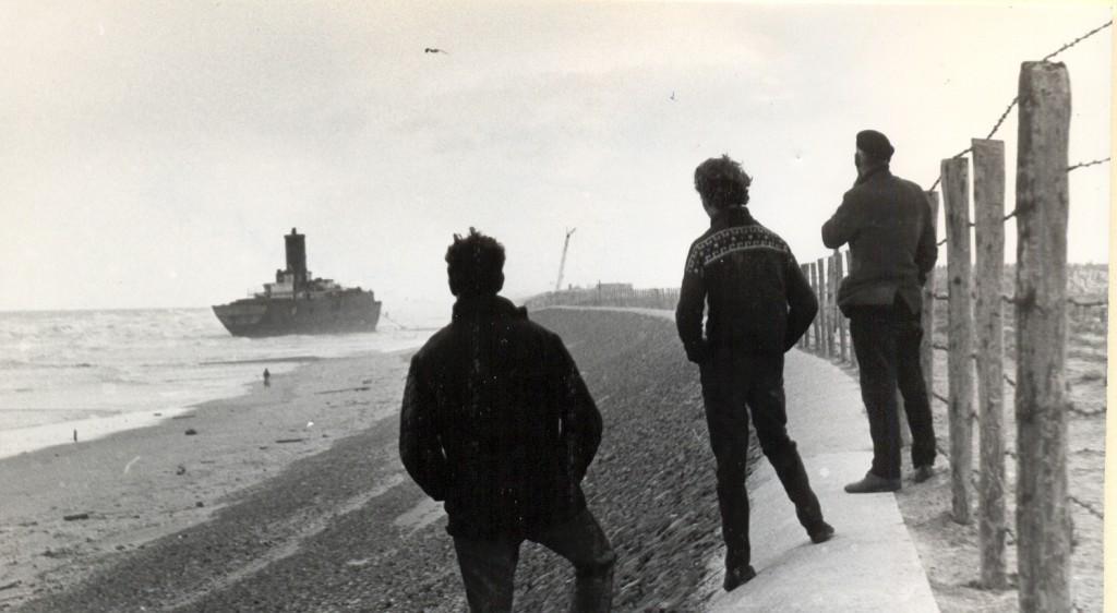 Vanuit Ter Heijde lag het schip in noordelijke richting op het strand