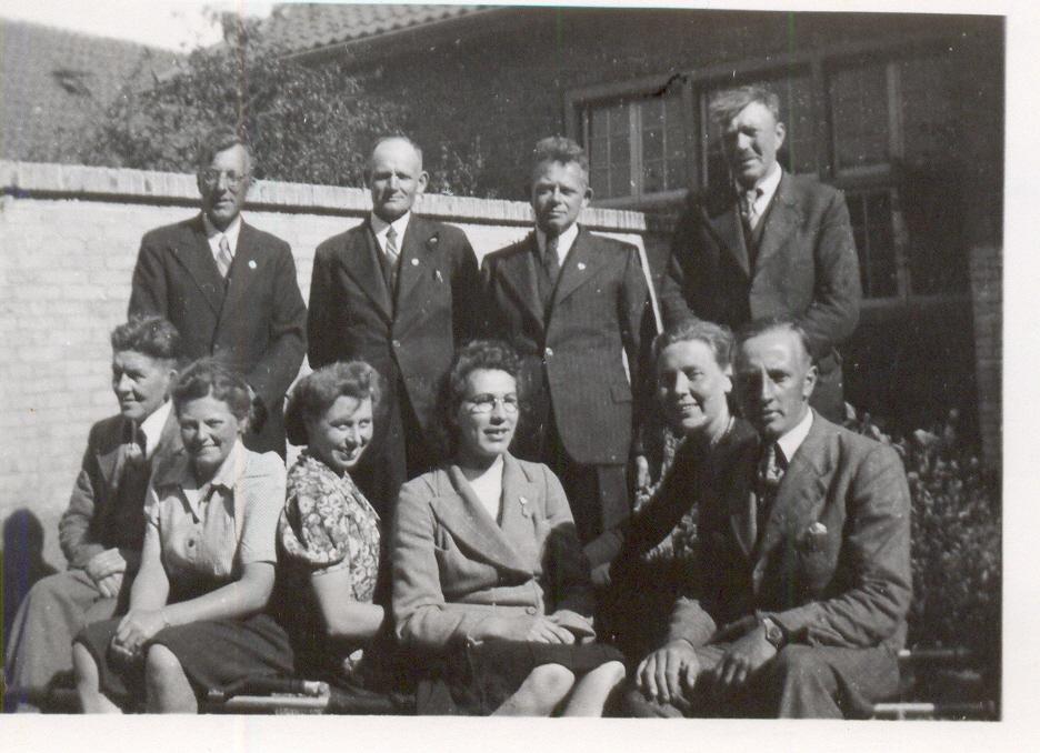 Leden van de EHBO-vereniging Naaldwijk-Honselwerdijk in 1943: v.l.n.r. staand Mondt, Everaart, Penning, De Bloois en zittend: geheel links Bram Jonker, dame met bril mej. Van Oosten en mej. Metzelaar.