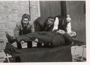 Een slachtoffer wordt vakkundig verplaatst, links Bram Jonker