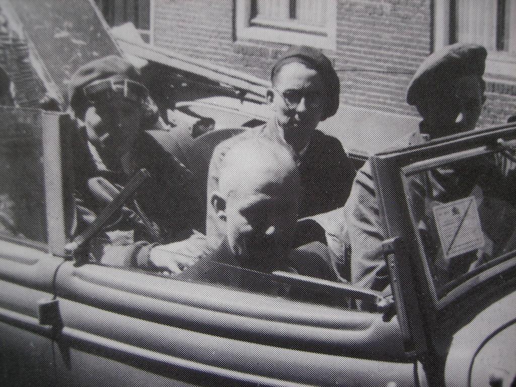 Mei 1945: Bram Jonker op de achterbank van een een jeep met links naast hem George de Ridder en rechts K.P. Penning