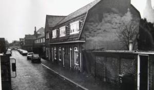 De zwartwit foto van Cees Verkerk toont enkele woningen in de Prins Hendrikstraat.