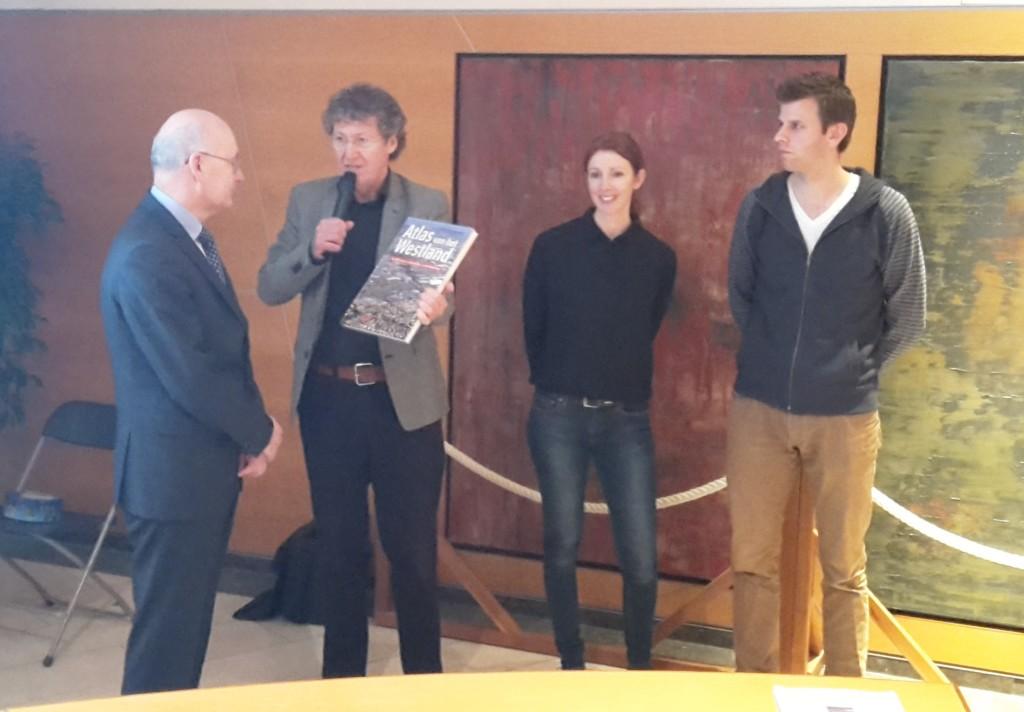 Eerste boek uitgereikt aan wethouder Meijer door Peter Smit. Naasl hen de beide ateurs.